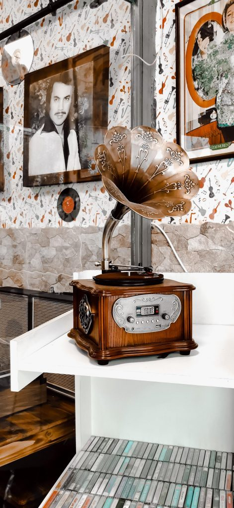 a record player that looks like an old grammophone